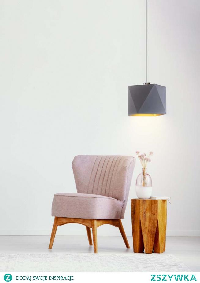 Lampa wisząca SALLO GOLD to oświetlenie, które można wykorzystać nie tylko jako żyrandol ale także jako lampkę nocną! Długość zwisu pozwala umieścić lampę dokładnie nad szafką nocną. Oświetlenie posiada również niezwykle designerski wygląd, który zawdzięcza dwukolorowemu zwieńczeniu lampy. Abażur wyposażono bowiem w złote wnętrze, które w widowiskowy sposób wpływa na światło, czyniąc je bardziej ciepłym i przyjemnym dla oka. Lampa SALLO GOLD to równoznacznik elegancji i wyczucia dobrego stylu.  Do wyboru mamy 5 kolorów abażurów: biały ze złotym wnętrzem (złoty połysk), szary stalowy ze złotym wnętrzem (złoty mat), zieleń butelkowa ze złotym wnętrzem (złoty mat), granatowy ze złotym wnętrzem (złoty mat) oraz czarny ze złotym wnętrzem (złoty mat) oraz kolorów stelaża (biały, czarny, chrom stal szczotkowana, stare złoto).