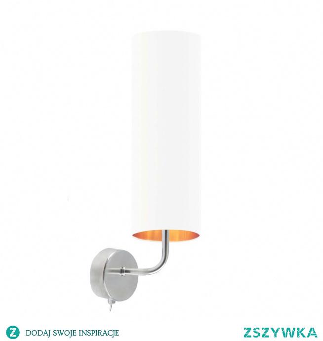 Szukasz oryginalnego, designerskiego kinkietu do salonu lub sypialni? Przedstawiamy lampę ścienną NEWADA GOLD, która z pewnością sprosta wszystkim stawianym przez Ciebie wymaganiom! Oświetlenie to wyróżnia się nie tylko niebanalnym kształtem ale również zachwyca ciekawym rozwiązaniem kolorystycznym. Podłużny abażur posiada we wnętrzu ozdobną złotą folię, która dodatkowo w białej wersji lampy, mieni się i odbija światło. Do kinkietu odpowiednia będzie żarówka o gwincie E14.  Do wyboru mamy 5 kolorów abażurów (biały ze złotym wnętrzem (złoty połysk), szary stalowy ze złotym wnętrzem (złoty mat), zieleń butelkowa ze złotym wnętrzem (złoty mat), granatowy ze złotym wnętrzem (złoty mat) oraz czarny ze złotym wnętrzem (złoty mat)) i 2 kolorów stelaży (chrom, stal szczotkowana).