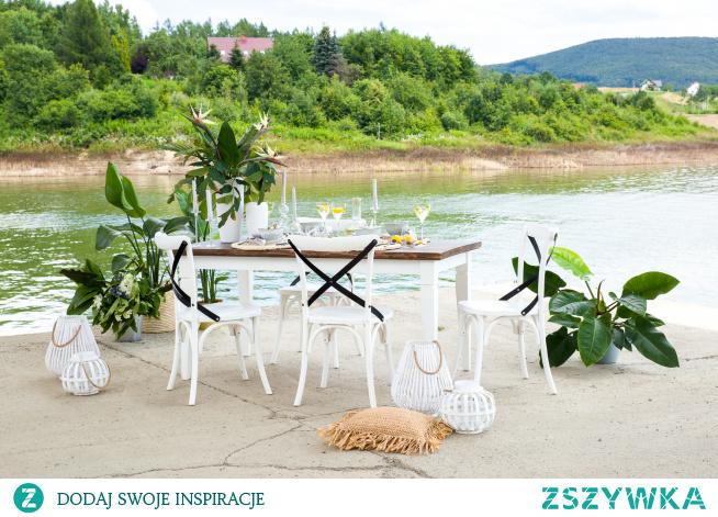 bielone meble z litego drewna z ciemnymi dodatkami meble-woskowane.com.pl