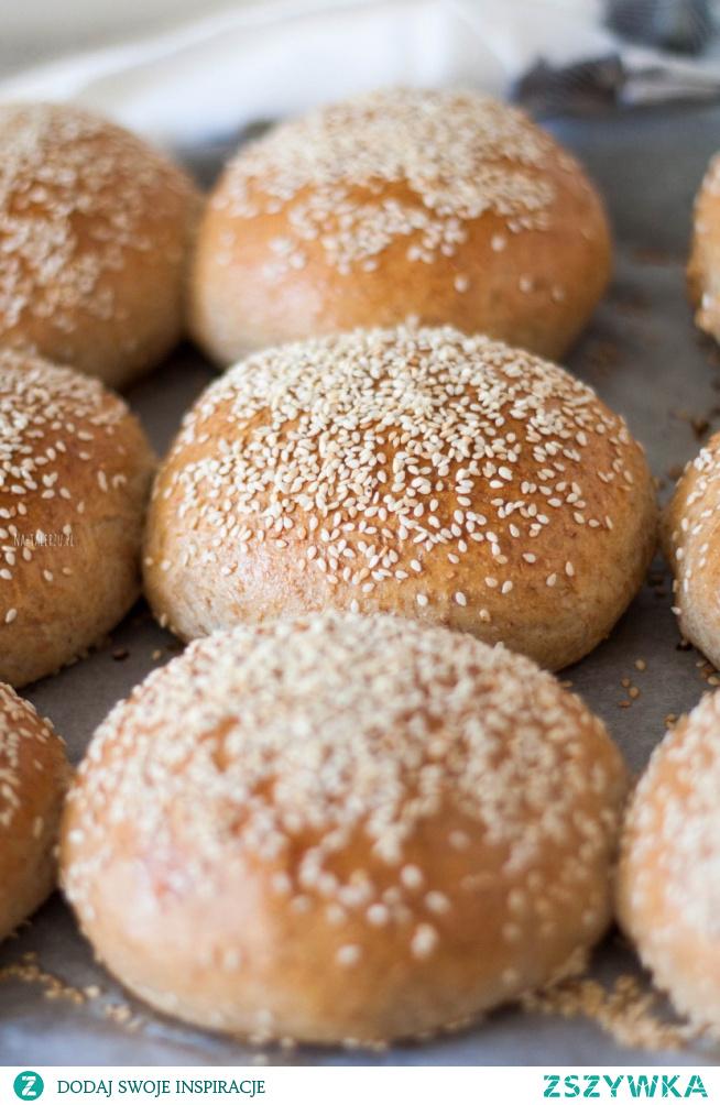 Pełnoziarniste bułki do burgerów z tego przepisu są idealne - wspaniale puszyste, pięknie wyrośnięte i lekko maślane.