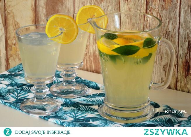 Błyskawicznie gasi pragnienie w gorące dni. Miodowo-cytrynowy napój z nutką mięty - taki właśnie podają latem w restauracjach.
