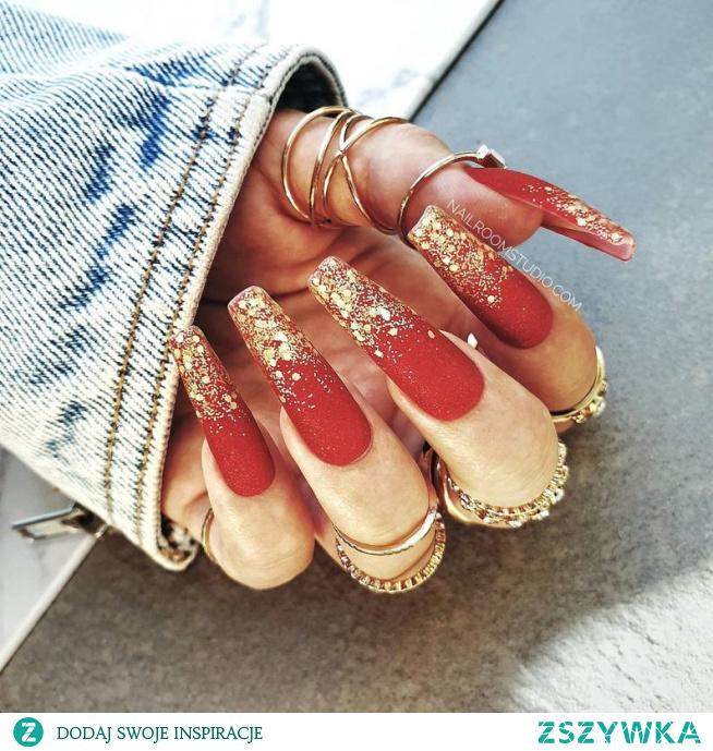 Paznokcie press on. Sztuczne panokcie, tipsy, naklejane paznokcie, żelowe i akrylowe  czerwone matowe paznokcie ze złotym brokatem świąteczne święta nailroomstudio.com