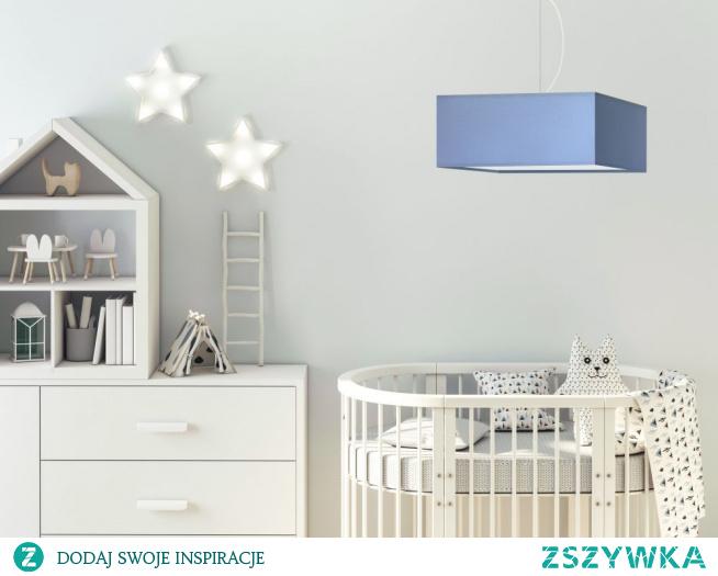 Lampa wisząca SANGRIA to dziecięce oświetlenie, które idealnie przyozdobi przestrzeń Twojego malucha, wydobywając z niej wszystko co najlepsze. Lampa utrzymana jest w delikatnej pastelowej kolorystyce, która wpływa pozytywnie na samopoczucie. Żyrandol posiada możliwość regulacji, jego maksymalna długość wynosi 120 cm. Podsufitkę tego oświetlenia przyozdobiono oplatając wokół niej ozdobny kabel, który można w dowolny sposób ustawić, by przybierał on dokładnie taką formę jakiej oczekujemy. Lampę można wyposażyć aż w pięć oprawek na żarówkę, sprawiając, że oświetlenie to wydając z siebie bardziej intensywne światło, jeszcze dokładniej oświetli pokój podczas zabaw Twojego dziecka lub w czasie odrabiania przez niego lekcji lub czytania książek.  Dzięki możliwości indywidualnego doboru wariantu kolorystycznego abażura (wybór spośród kilkunastu kolorów: biały, ecru, jasny szary (gołębi), miętowy, musztardowy, jasny różowy, jasny fioletowy, beżowy, szary (stalowy), czerwony, niebieski, fioletowy, zieleń butelkowa, granatowy, grafitowy, brązowy, czarny, szary melanż (tzw. beton) oraz stelaża (wybór spośród 5 powłok stelaża: biały, czarny, chrom, stal szczotkowana i stare złoto) stanie się eleganckim elementem dekoracyjnym w pokoju dziecka.  Dodatkowym atutem lampy sufitowej Sangria jest indywidualny dobór ilości źródeł światła (od 1 do 5 żarówek E27) oraz dolnej zabudowy abażura tzw. denka (wykonanego ze szkła akrylowego). Denko spełnia podwójną rolę – rozprasza światło na całą powierzchnię abażura oraz maskuje jego wnętrze.