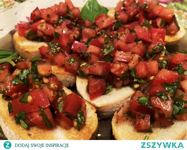 Pomidorki z octem balsamicznym i świeżą bazylią na chrupiących grzankach, przepyszne połączenie.