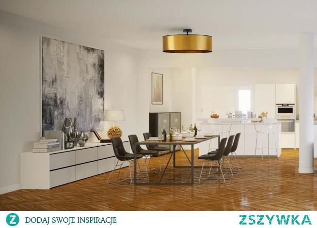 Plafon WENECJA to uosobienie najnowszych trendów wnętrzarskich oraz klasycznej elegancji. Istotną cechą tego typu oświetlenia jest ich ponadczasowość. Prosty, stylowy i elegancki. Lampa Wenecja to przede wszystkim geometryczny abażur w kształcie walca, który rozprasza światło lekko i finezyjnie, podwieszony na solidnej konstrukcji. Uniwersalna forma i prosty design sprawdzi się doskonale w każdym wnętrzu – urządzonym zarówno w stylu klasycznym, nowoczesnym, skandynawskim czy minimalistycznym.  Dzięki możliwości indywidualnego doboru wariantu kolorystycznego abażura (wybór spośród dwóch kolorów: złoty, miedziany) idealnie sprawdzi się jako główne źródło światła w salonie, sypialni, czy stanie się eleganckim elementem dekoracyjnym w restauracji, biurze czy wnętrzu hotelowym.  Dodatkowym atutem lampy sufitowej Wenecja jest dobór dolnej zabudowy plafonu tzw. denka (wykonanego z tworzywa akrylowego). Denko spełnia podwójną rolę – rozprasza światło na całą powierzchnię abażura oraz maskuje jego wnętrze. Wenecja posiada również indywidualny dobór ilości źródeł światła (od 1 do 5 oprawek E27).  Plafony WENECJA dostępne są w 6 rozmiarach:  - fi - 30 cm - fi - 40 cm - fi - 50 cm - fi - 60 cm - fi - 80 cm (model GRENADA) - fi - 100 cm (model GRENADA)