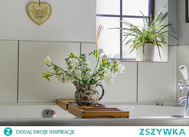 Rośliny do łazienki, jak zrobić las w słoiku? Sprawdź idealne rośliny!  Rośliny w łazience sprawiają, że można się w niej poczuć jeszcze bardziej zrelaksowanym. Wysoka wilgotność oraz brak dostępu do światła sprawiają, że miejsce to nie wydaje się jednak dobrym rozwiązaniem dla kwiatów. Istnieją tymczasem idealne rośliny do łazienki!  Rośliny do łazienki z oknem Kwiaty do łazienki umieścić można w wiszących koszach lub doniczkach. To świetne rozwiązanie w małych pomieszczeniach. W łazienkach z oknem najlepszym miejscem będzie jednak parapet. W łazience sprawdzą się takie kwiaty jak popularne begonie oraz azalia, eukaliptus, lawenda, jaśmin, czy różne sukulenty.