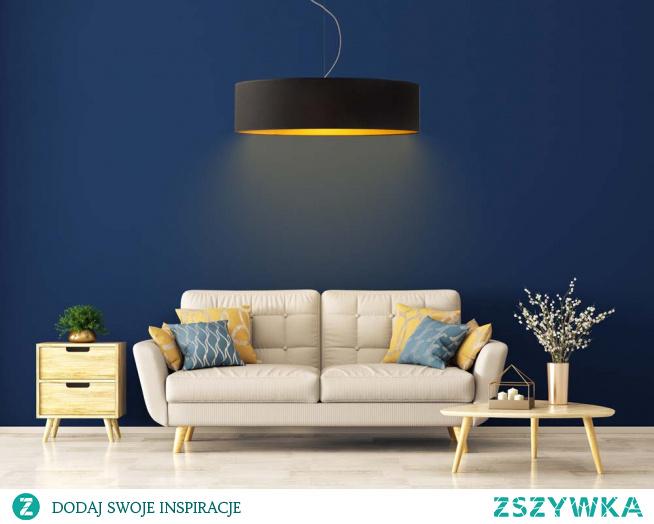 Lampa wisząca PORTO GOLD to niezwykle spektakularne oświetlenie, które w sposób widowiskowy ozdobi wnętrza o dużym metrażu, potrzebujące oświetlania wyróżniającego się i przykuwającego wzrok. Ten pokaźny żyrandol poradzi sobie w zadowalający sposób w oświetleniu każdego typu pomieszczenia. Fantastyczną zaletą tej lampy jest występujące w niej złote wnętrze, które nadaje oświetleniu szyku i całkowicie zmienia odcień emitowanego światła. Wspomniane wnętrze występuje w dwóch rodzajach faktury – biały abażur posiada wersję połyskliwą a czarny, zielony, szary i granatowy zmatowioną.  Dzięki możliwości indywidualnego doboru wariantu kolorystycznego abażura (biały ze złotym wnętrzem (złoty połysk), szary stalowy ze złotym wnętrzem (złoty mat), zieleń butelkowa ze złotym wnętrzem (złoty mat), granatowy ze złotym wnętrzem (złoty mat) oraz czarny ze złotym wnętrzem (złoty mat)) oraz stelaża (wybór spośród 5 kolorów: biały, czarny, chrom, stal szczotkowana i stare złoto) lampa wisząca Porto idealnie sprawdzi się jako główne źródło światła w salonie, sypialni, czy stanie się eleganckim elementem dekoracyjnym w restauracji, biurze czy wnętrzu hotelowym.  Dodatkowym atutem lampy sufitowej Porto jest indywidualny dobór ilości źródeł światła (od 3 do 5 oprawek E27).  Lampy wiszące PORTO dostępne są w 2 rozmiarach:  - fi - 80 cm - fi - 100 cm