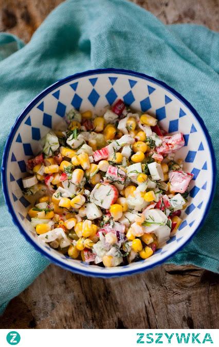 Sałatka z surimi z kukurydzą i ogórkiem