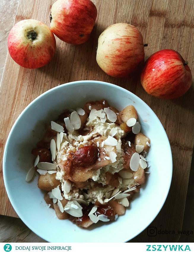 Budyń jaglany z duszonym jabłkiem i śliwkami. Typowo jesienny posiłek  przepis znajdziesz na moim instagramie: dobra_waga