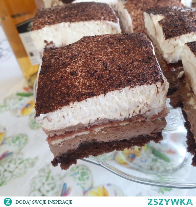 Ciasto Kubanka to składający się z ciemnego biszkoptu, czekoladowego kremu, nuty powideł śliwkowych i bitej śmietany przekładaniec.  Prezentuje się wyśmienicie, nadaje się na większe uroczystości i będzie smakował na pewno wszystkim gościom! Polecam