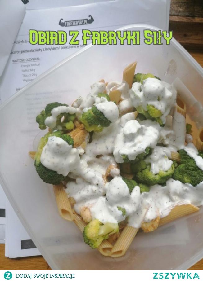 Przykładowy obiad z Fabryki Siły. Makaron z indykiem i brokułem w sosie czosnkowym
