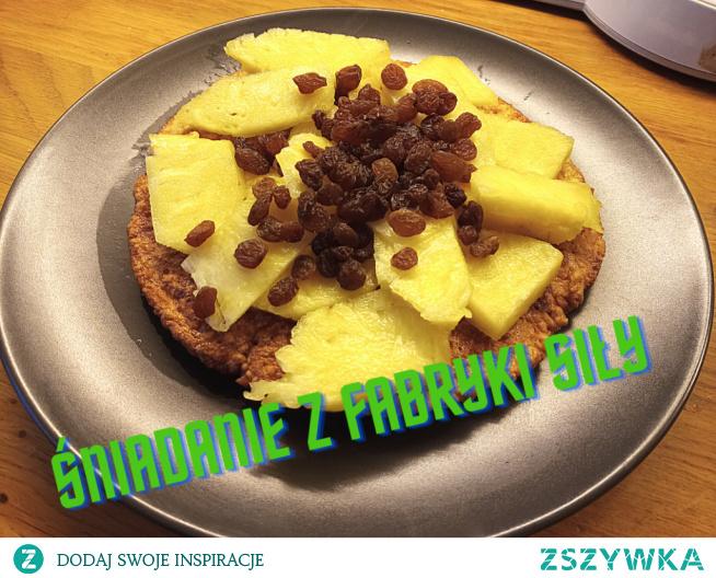 Przepis na pysznego omleta z ananasem i rodzynkami.