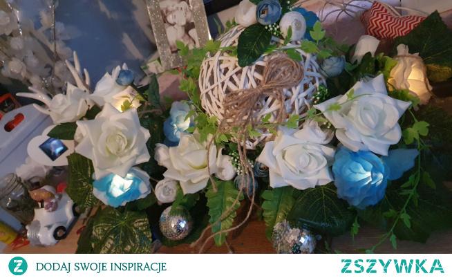 #stroik #na #desce #róże #białe #i #niebieskie // stroik delikatnie poprawiony od poprzedniego :) wymieniłam plastikowa podkładkę na drewno :) #światełka #róże