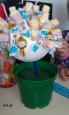 Drzewko z cukierkami i piankami DIY. Zobacz jak prosto je zrobić.