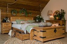 Woskowane meble do sypialni w rustykalnym stylu. Łóżko, skrzynia, szafka nocna wykonana z litego drewna sosnowego. #drewno #rustykalny #meble #design #inspiracja #christmas #syp...
