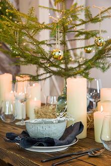 Rustykalny stół w świątecznej aranżacji. #meblewoskowane #drewno #meble #drewniane #wnętrza #aranażacje #święta #bożenarodzenie #konsola #ozdoby #choinka