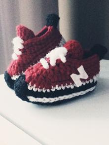 Urocze i niezwykle modne buciki niechodki dla niemowląt. Buciki są wykonane ręcznie z włóczki.  Buciki będą idealnym pomysłem na prezent oraz świetnym sposobem obwieszczenia ra...