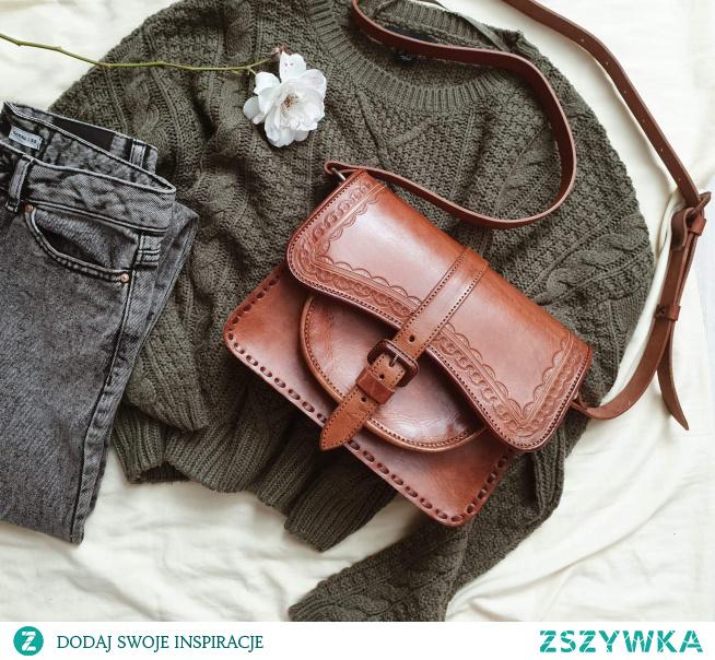 Średniej wielkości torebka w ksztalcie trapezu. Starannie wykonana ze skóry naturalnej, zdobiona pięknymi ręcznie tłoczonymi wzorami, które sprawiają, że jak każda nasza torebka, jest unikatem. Torebka zapinana jest na klamrę, która jednocześnie jest ładną ozdobą. Mieści portfel, telefon, notes oraz najpotrzebniejsze kobiece rzeczy. Z pewnością sprawdzi się w na co dzień i podkreśli Twój indywidualny styl.