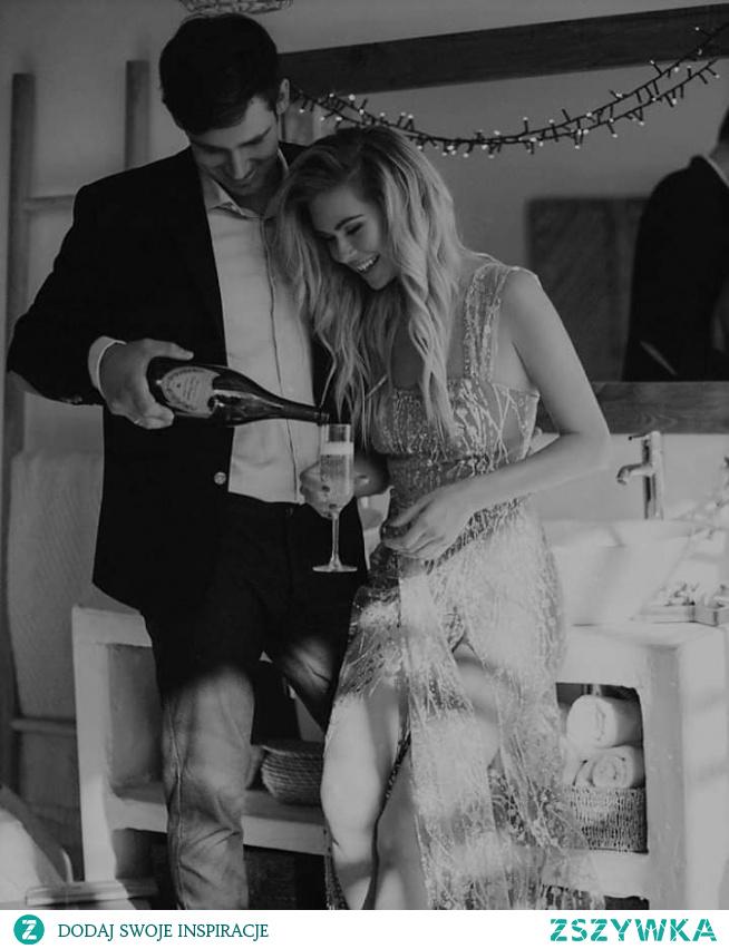 ' Zaproś ja dzisiaj na randkę. Zarezerwuj stolik w restauracji, kup kwiaty i wyszeptał jej na uszko, przed wyjściem, że w Twoich oczach jest IDEALNA '  #LOVE #COUPLE #DATE