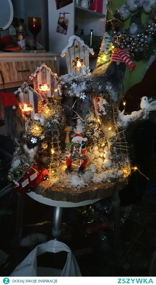#stroik #na #pniu #stroik #mała #wioska #skrzatów // skończyłam prace, która  zainspirowałam się jakiejś pani z jednych z grup, co powiecie ? :) #swieta #merry #christmas// wykonuje na  zamówienie również inne stroiki  zapraszam na konto :)
