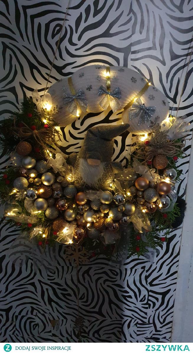 #wianek #świąteczny #z #krasnalem #bombki #ozdoby #wstążki #światełka #sweterek #święta #wesołych #świąt ///wykonuje różnego rodzaju stroiki świąteczne , wianki, domki ,wioseczki ,stroiki na cmentarz , zapraszam na swój profil po więcej zdjęć i zapraszam do złożenia oferty :) #merry #christmas