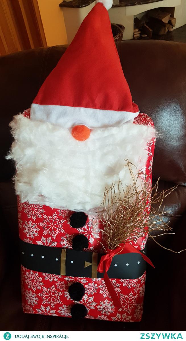Mikołaj - pomysł na zapakowanie prezentu.