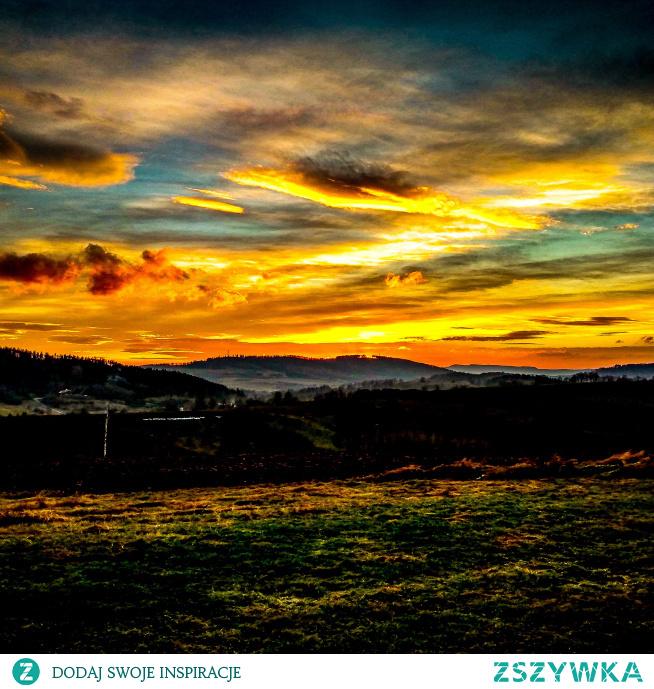 Ten piękny zachód słońca zwiastuje, że niebawem powinniśmy udać się na nocny spoczynek. O tym jak spać w taki sposób aby organizm zregenerował się jak najlepiej lub jak zwalczyć bezsenność przeczytasz na blogu przebudzonaja.blogspot.com Link w komentarzu