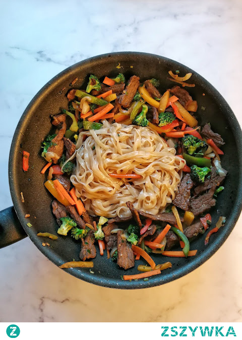 Fit orientalna wołowina z makaronem ryżowym. Przepis.