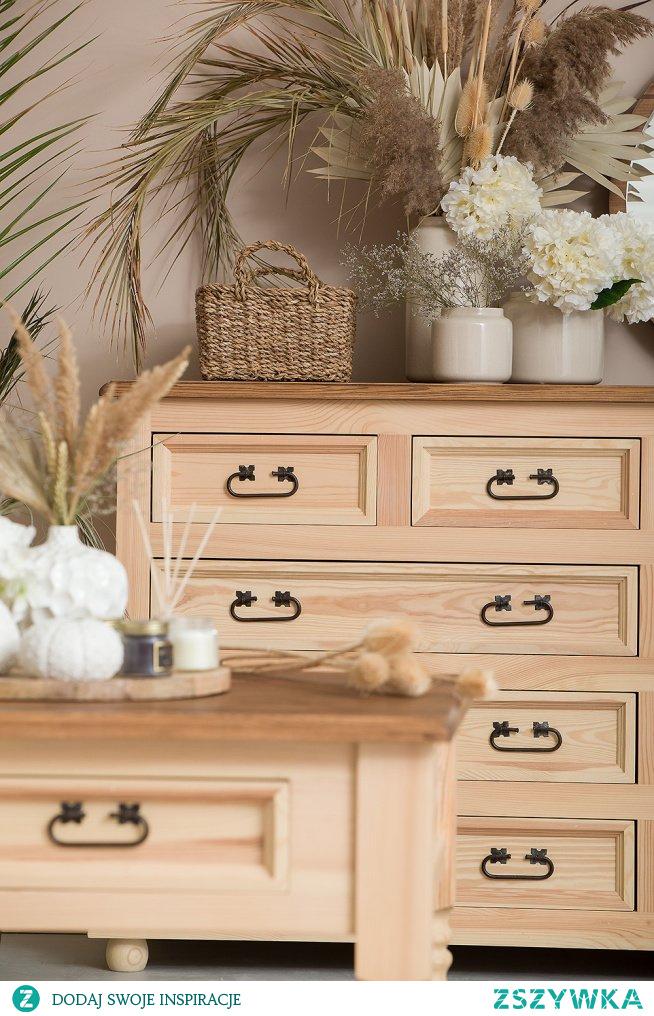 Drewniane meble w kolorze naturalnym dla miłośników stylu eko. Drewniana komoda oraz stolik kawowy z litego drewna sosnowego pokryte naturalnym woskiem pszczelim.  #meblewoskowane #drewno #mebledrewniane #komoda #wnętrza #aranażacje #eko #meble #salon #stolikawowy #wystrójwnętrz