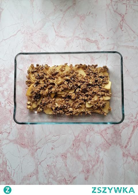Nowy przepis na blogu. Przepyszny zapiekany fit deser z jabłek i kruszonki.