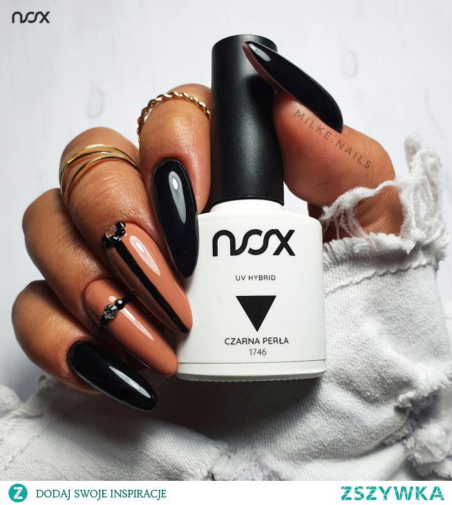 Czarnobrązowe paznokcie to istna klasyka, która ozdobiona cyrkoniami wygląda jeszcze bardziej efektownie! Jak Wam się podoba taki elegancki manicure?