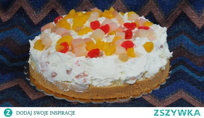 Biszkopt z kremem i owocami. Czasami potrzeba nam szybko łatwego, dobrego, ale efektownego ciasta? Oto taki przepis - biszkopt z bitą śmietaną i owocami. Wilgotny biszkopt u podstawy, niezawodna i zawsze smaczna bita śmietana z dodatkiem ulubionych owoców. Nic więcej chyba nie trzeba dodawać.
