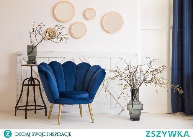 Nastrojowy i iluzoryczny, kuszący bogactwem, miękkimi tkaninami i lśniącymi przedmiotami. Styl glamour nieodmiennie uwodzi swoim czarem. Elegancki, zjawiskowy fotel Rosalina, uszyty z wysokogatunkowej welurowej tkaniny.#meblewoskowane #drewno #mebledrewniane #vintage #salon #meblezdrewna #wnętrza #aranażacje #dekoracje #fotel #glamour