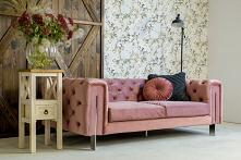 Nastrojowy i iluzoryczny, kuszący bogactwem, miękkimi tkaninami i lśniącymi przedmiotami –styl glamour, uwodzi nas swoim czarem. Sofa Jules to idealny przykład kanapy w duchu gl...