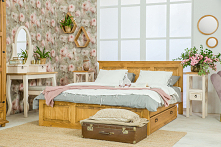 Sypialnia w stylu romantycznym kojarzona jest zwykle z miękkim, przytulnym wnętrzem, w którym panuje harmonia stylu i wyrafinowanych dodatków. #meblewoskowane #drewno #mebledrew...