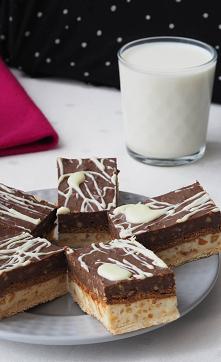 Ciasto Mleczna fantazja. Ciasto, które łączy w sobie smaki białej i gorzkiej czekolady. Masa powstała z mleka i mleka w proszku, z dodatkiem orzeszków ziemnych tworzy spójna cał...