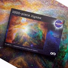 Puzzle NASA – Galaxy Blue to 1000 elementów. Przedstawiony obraz został zrobiony za pomocą teleskopu Hubbla.