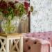 Nastrojowy i iluzoryczny, kuszący bogactwem, miękkimi tkaninami i lśniącymi przedmiotami –styl glamour, uwodzi nas swoim czarem. Sofa Jules to idealny przykład kanapy w duchu glamour. #drewno #vintage #salon #sofa #stylglamour #wnętrza #aranażacje #kanapa #glamour #dekoracje #romans