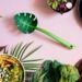 Jest wielofunkcyjna – do sałatek, makaronu lub jako łyżka cedzakowa. Posiada niezbędne atesty do kontaktu z żywnością. Designerska i niebanalna, zdobi kuchnie, potrawy i stół.
