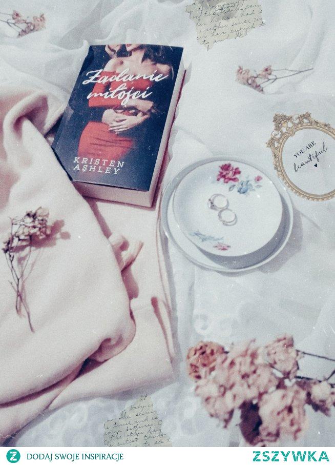 """Słyszeliście już o książce  """"Żądanie miłości""""? Jeśli nie to zapraszamy na Instagram sisters_as_books:)"""