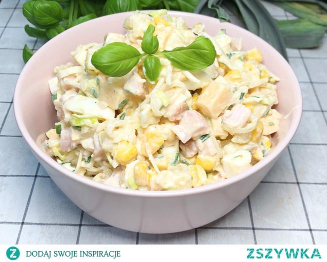 Sałatka weekendowa to bardzo szybka i łatwa sałatka z dodatkiem szynki, sera i wielu innych ciekawych składników.