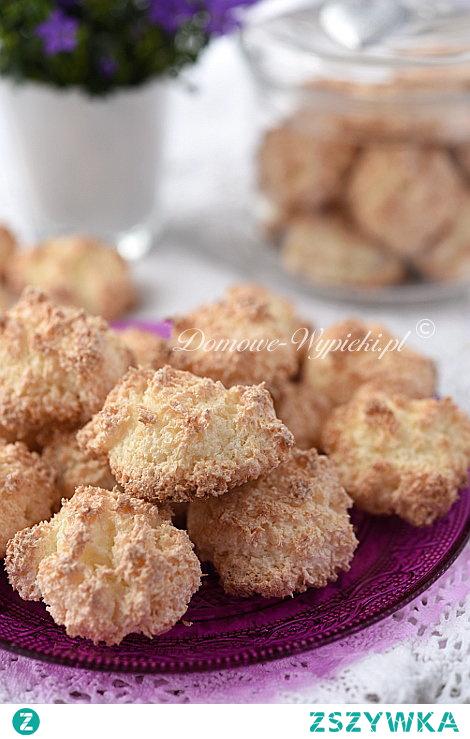 Kokosanki1      200g wiórków kokosowych     50g masła     2 białka     120g cukru  Sposób przygotowania:      Masło roztopić w garnku. Dodać wiórki kokosowe i wymieszać. Odstawić do ostygnięcia  Białka ubić na sztywną pianę. Kolejno, dalej ubijając, dodać stopniowo cukier.Ubite białka wmieszać delikatnie łyżką do zimnego kokosu. (Masa jest dość gęsta).Wykładać łyżeczką na blachę wyłożoną papierem do pieczenia, pozostawiając odstępy między ciasteczkami. Można delikatnie uformować masę palcami, aby kokosanki były w miarę okrągłe, ale nie przyklepywać z góry. Ładne wyjdą, jeśli będą poszarpane.      Piec w nagrzanym piekarniku, jedną blachę po drugiej, ok. 15min. na złoty kolor w temperaturze 180°C.  Smacznego.