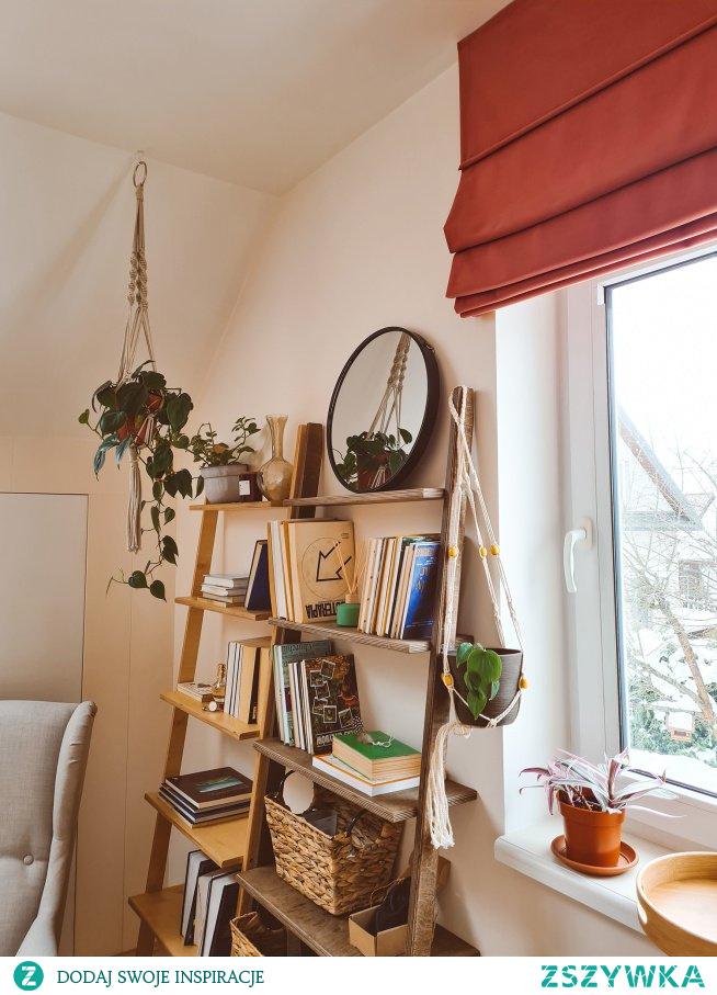 Pokój dzienny urządzony z dekoracjami od NASZE DOMOWE PIELESZE - drabinki dekoracyjne - regały - roleta rzymska Velvet V27  Zajrzyj na -->> NASZE DOMOWE PIELESZE