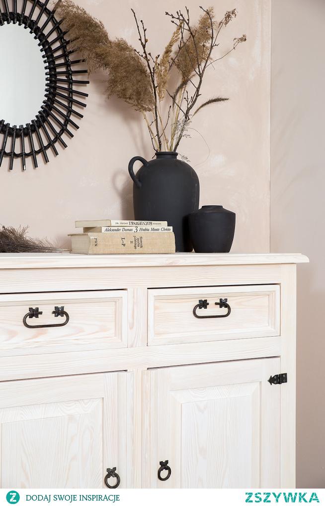 Drewniana komoda w stylu rustykalnym, wosk bielony. Naturalne piękno ukryte w drewnianych meblach z kolekcji CERA. #Meble #Rękodzieło #Stylizacja #Wystrójwnętrz #Wnętrze #Dekoracje #Dom #Design #Inspiracja #komoda #Ławka