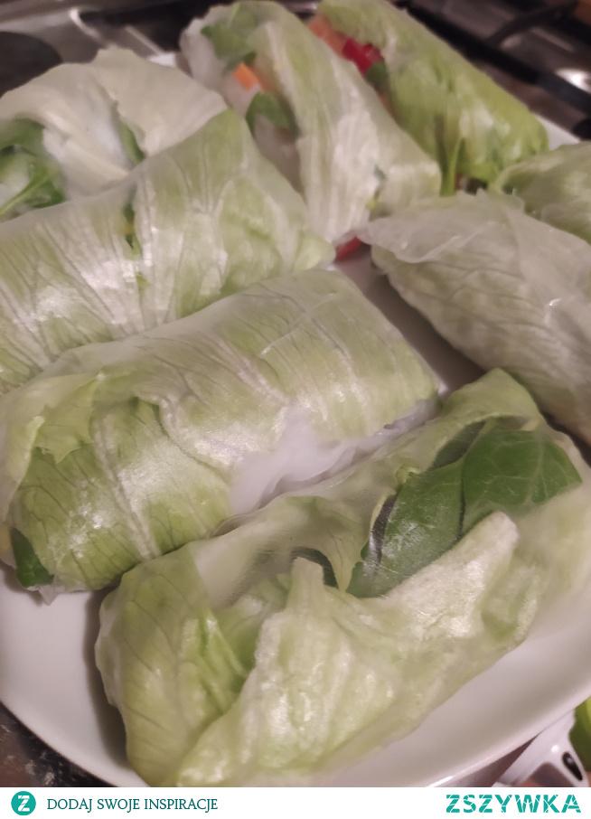 Pyszna i lekka przekąska spring rollsy papier ryżowy, sałata lodowa, biała rzodkiewka, papryka, marchewka, świeży ogórek, por i avokado #szybka przekąska#warzywa