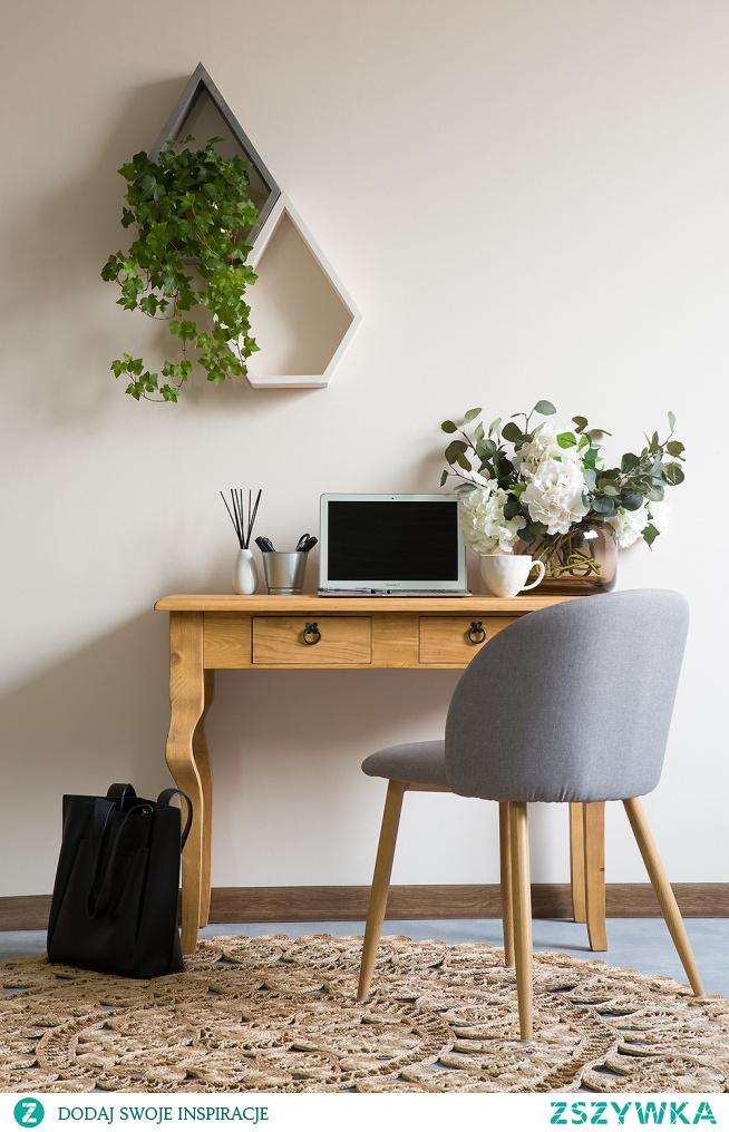Drewniana konsola w stylu rustykalnym idealna jako toaletka lub dodatkowe miejsce do pracy.  #Meble #Rękodzieło #Stylizacja #Salon #Wystrójwnętrz #Wnętrze #Dodatki #Wystrój #Design #Dom #Beautiful