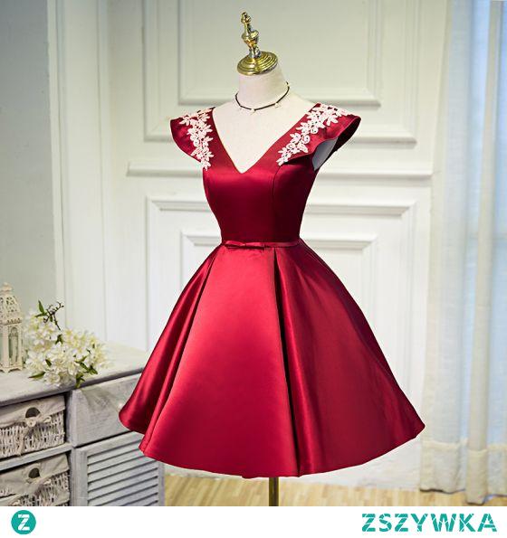 Moda Burgund Homecoming Krótkie Sukienki Na Studniówke 2021 Princessa V-Szyja Kokarda Z Koronki Kwiat Bez Rękawów Bez Pleców Sukienki Wizytowe