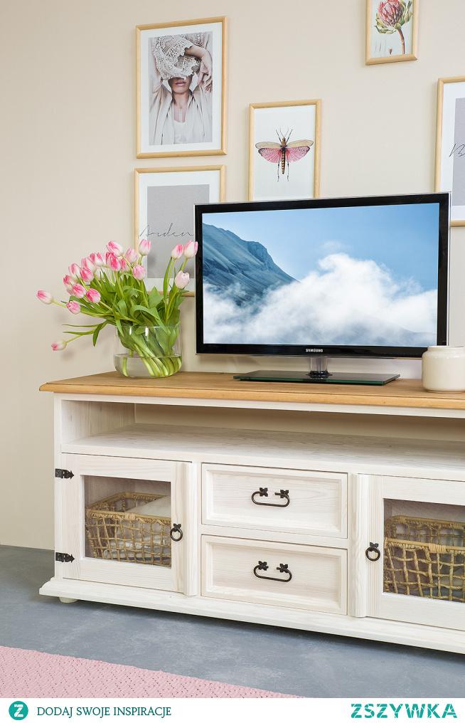 Drewniana szafka RTV pod telewizor. Wykonana z litego drewna sosnowego. #Dodatki #Dom #Meble #Stylizacja #RTV #Wystrójwnętrz #Wnętrze #Salon #Kwiaty #Design #Diy