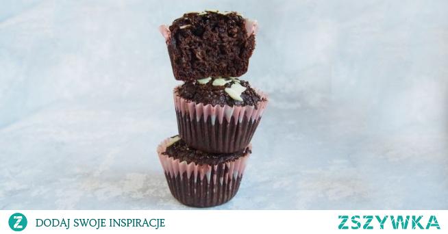 Babeczki czekoladowe z kakao skradły moje serce. Przepis jest prosty w wykonaniu i można przemycić trochę warzyw i owoców. Dzięki temu babeczki czekoladowe z kakao są miękkie i mokre. Babeczki i muffiny to idealny pomysł na imprezę, wycieczkę czy też na II śniadanie do pracy lub szkoły.