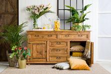 Komoda drewniana sosnowa do salonu. #Dekoracje #komoda #dom #Dodatki #Stylizacja  #Wystrójwnętrz #Wnętrze #salon #drewnianakomoda #design #Kwiaty
